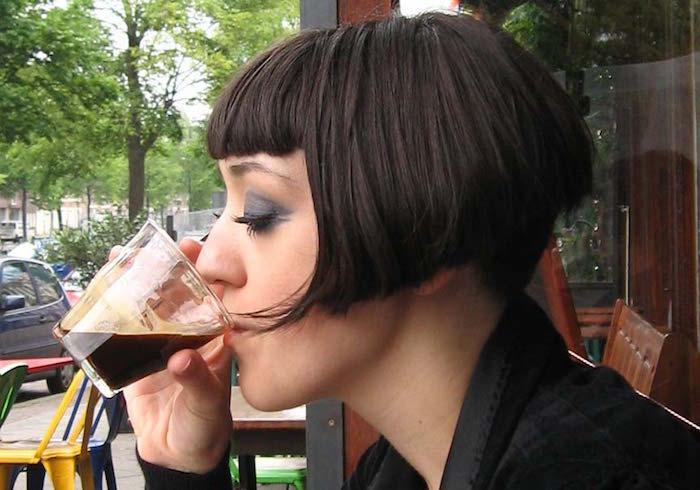 coiffure femme carré plongeant court retro avec frange
