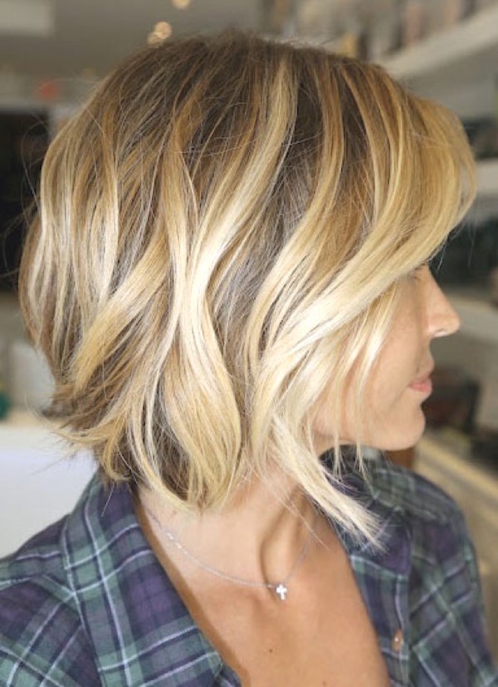 coiffure femme carré ondulé blond plongeant