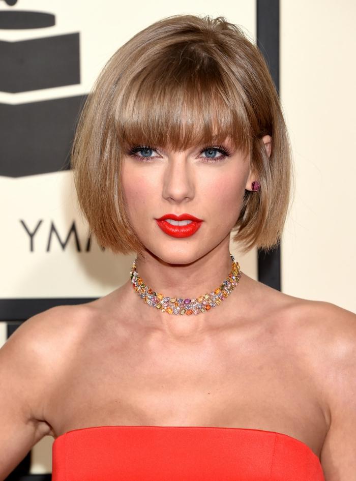 coiffure cheveux carré, le carré bronde de Taylor Swift, lèvres rouges et eyeliner noir