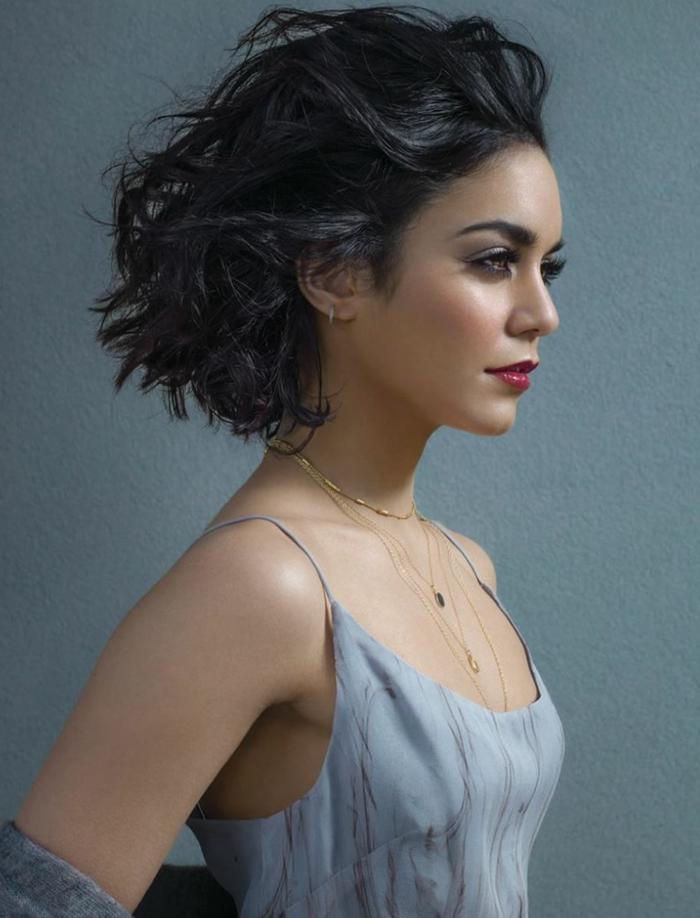coiffure cheveux carré, carré bouclé couleur noire, robe grise et joli maquillage