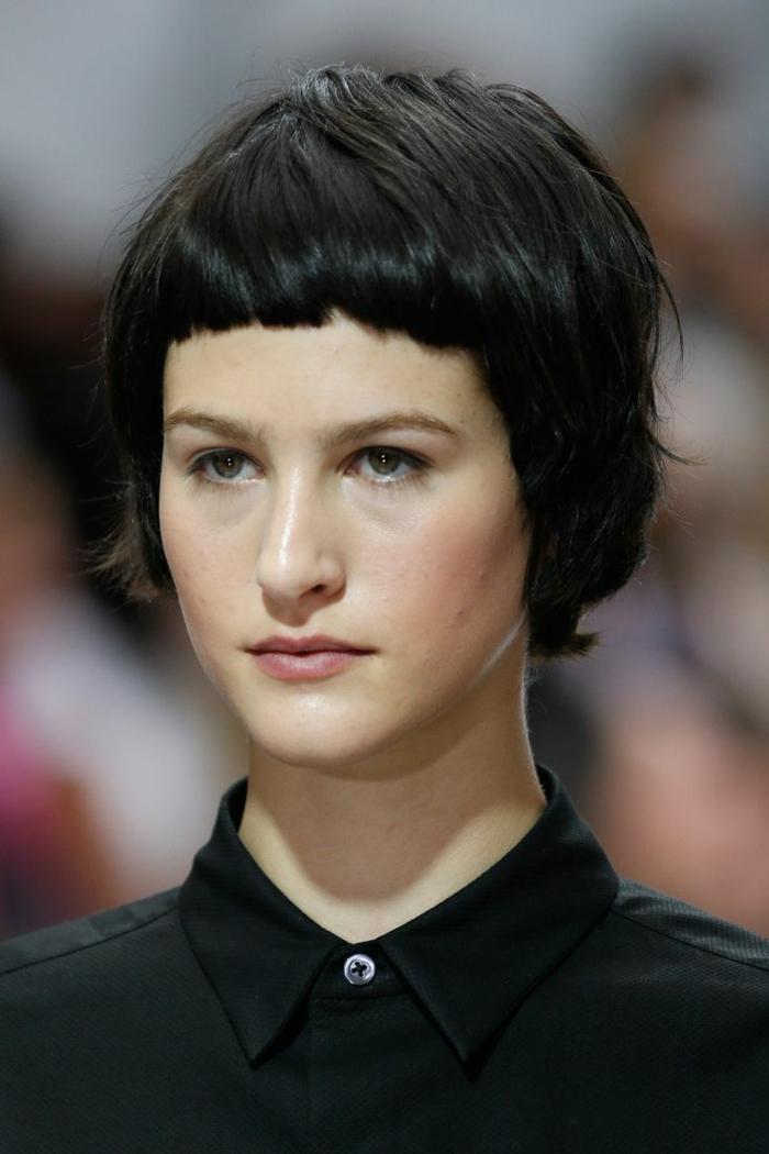coiffure cheveux carré, chemise noire, carré avec une mini frange, cheveux épais
