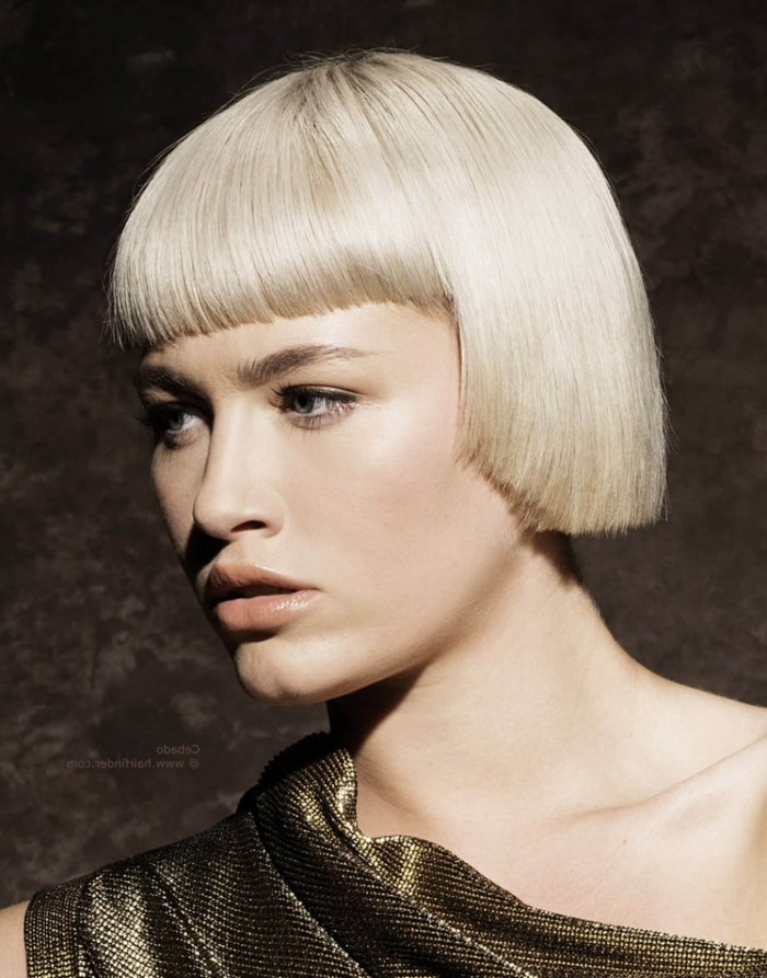 coiffure cheveux carré, couleur blond platine, maquillage nude, carré court frangé