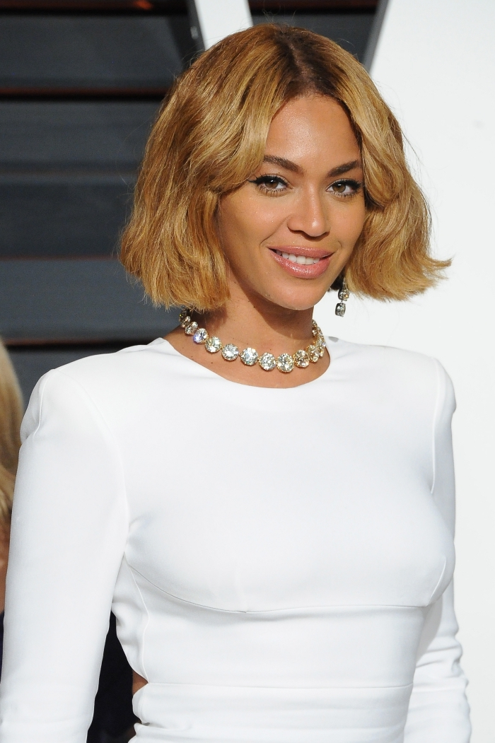 coupe de cheveux mi long, modèle de robe blanche avec manches longues, coiffure célébrité de Beyoncé