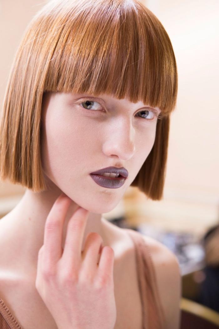 coloration cheveux cuivrés, coupe courte avec franges pour des cheveux fins et raids, maquillage avec rouge à lèvres foncé
