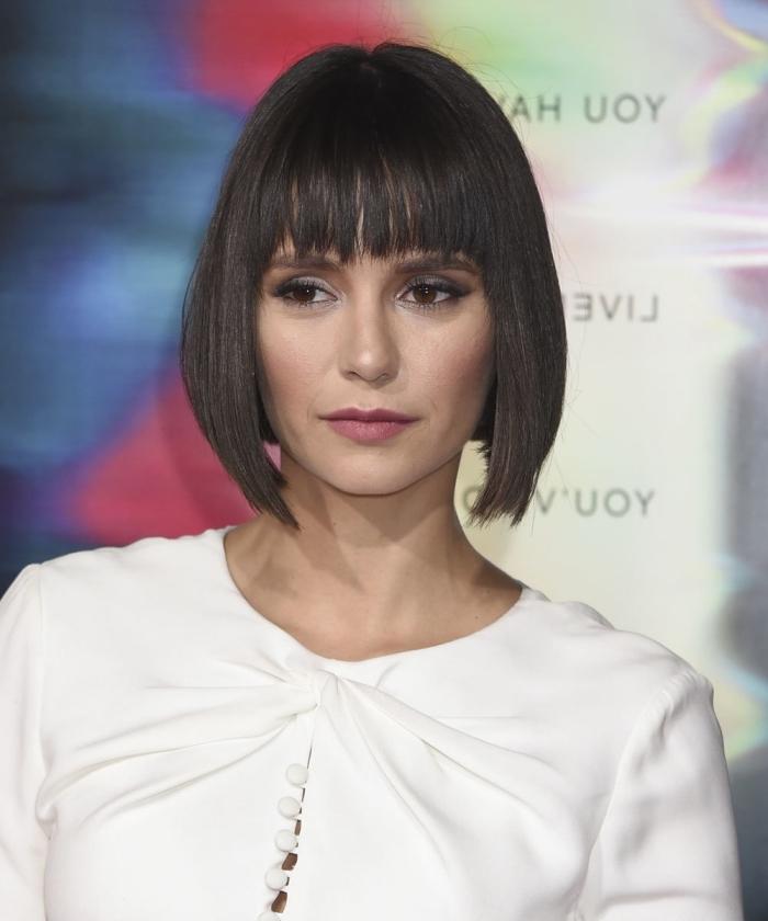 modele de coiffure, cheveux noirs raids de Nina Dobrev, coiffure cheveux courts avec frange droite