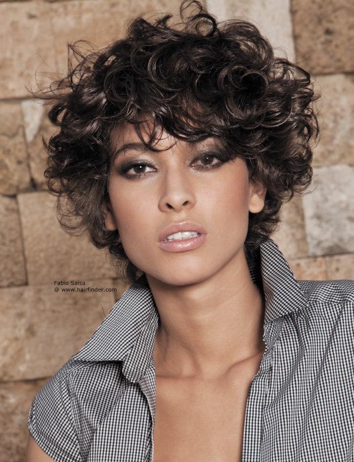 coupe courte cheveux ondulés cheveux courts bouclés femme