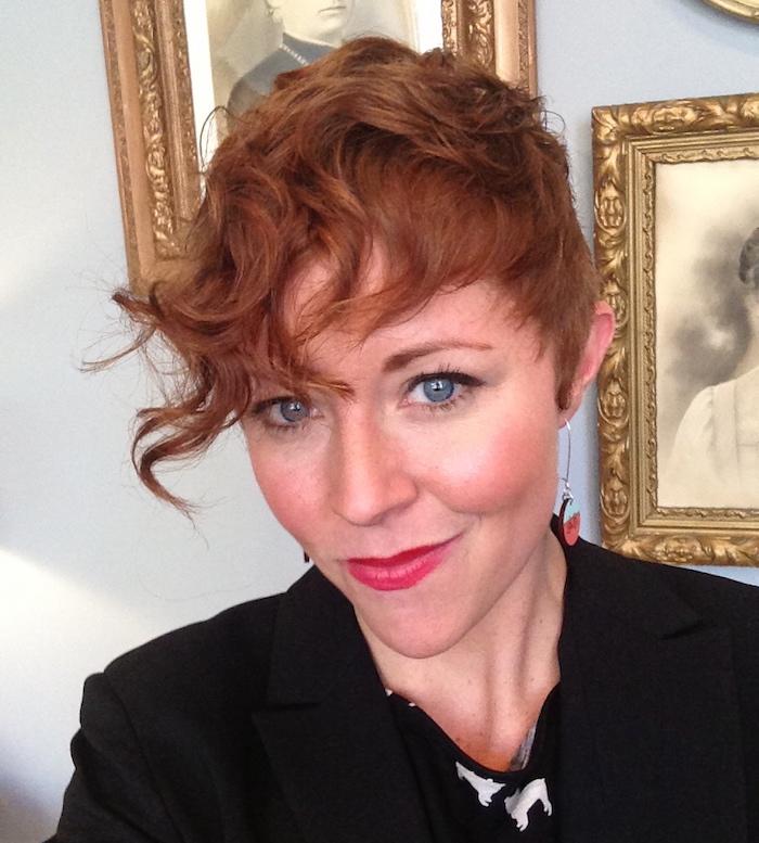 coiffure cheveux courts bouclés coupe courte frisée femme