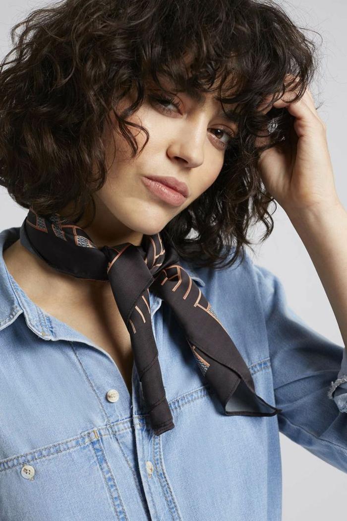coiffure courte pour femme, couleur de cheveux chataîn foncé, maquillage simple