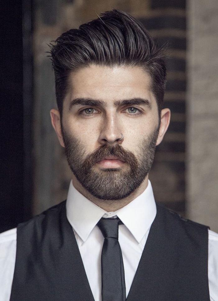 coupe de cheveux homme dégradé mode hipster coiffure pompadour avec moustache