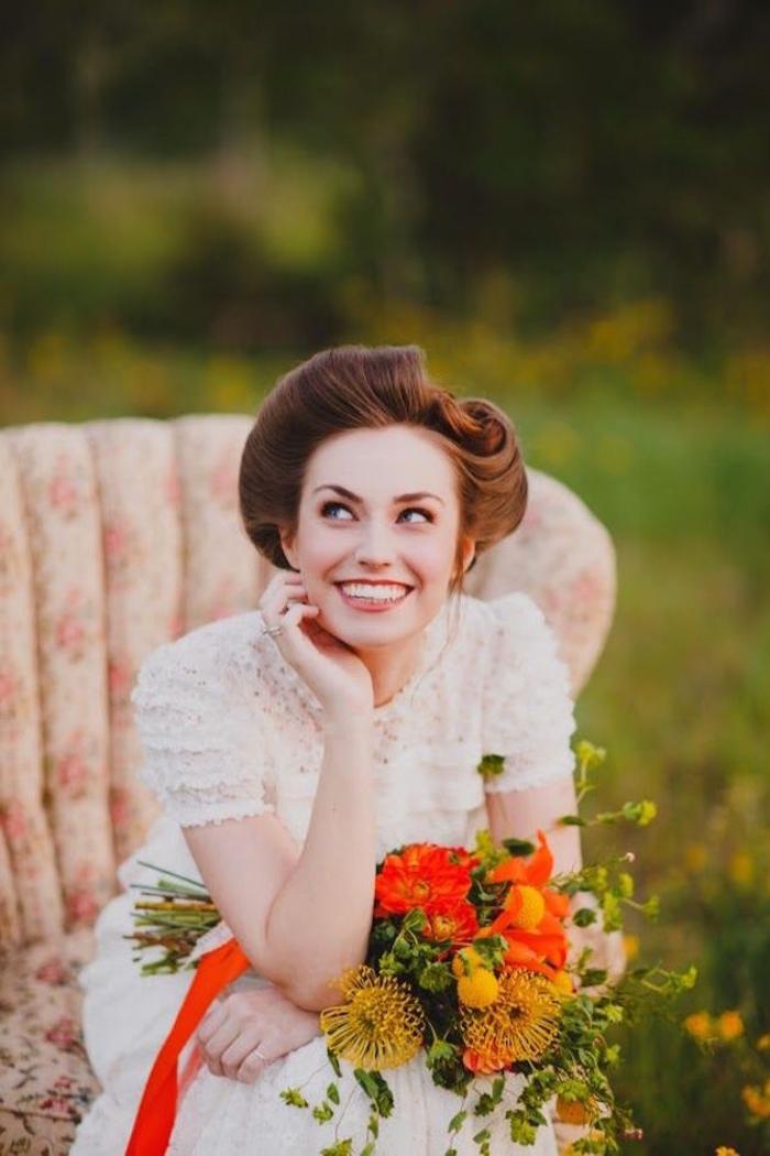 une coiffure vintage de mariée chignon enroulé volumineux qui sublime les cheveux auburn