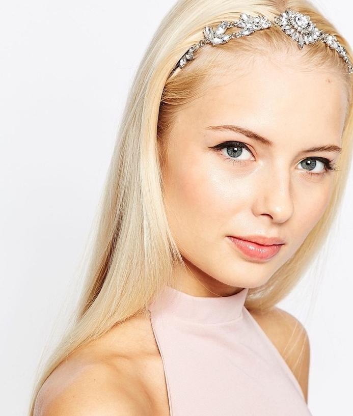 coiffure simple cheveux long pour noel, cheveux lisses blondes et un accessoire bijoux pour cheveux serre tete
