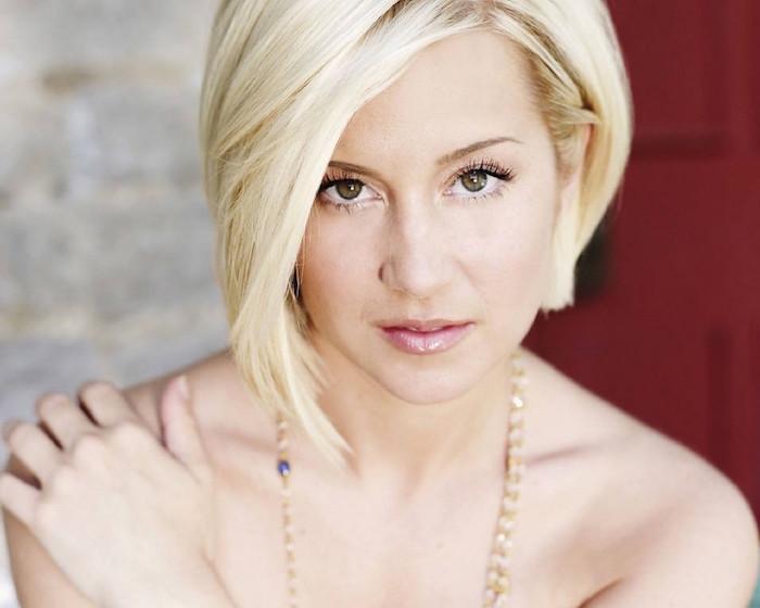 carré plongeant court asymétrique blond coiffure femme blonde