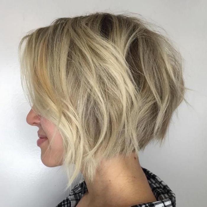 coupe au carré légèrement plongeant et ondulé avec mèches blondes