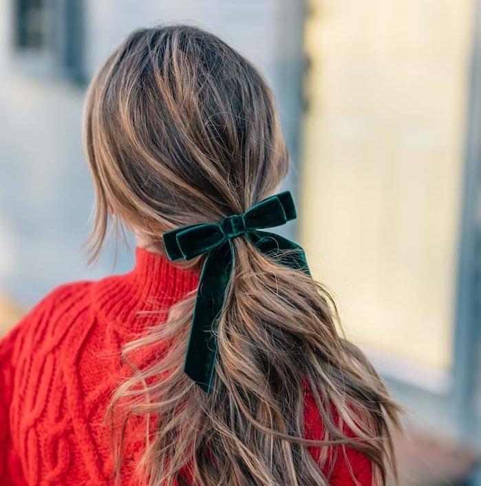 modele de coiffure noel facile, queue de cheval femme serré d un ruban vert émeraude, pull rouge, coupe dégradé, légèrement ondulée
