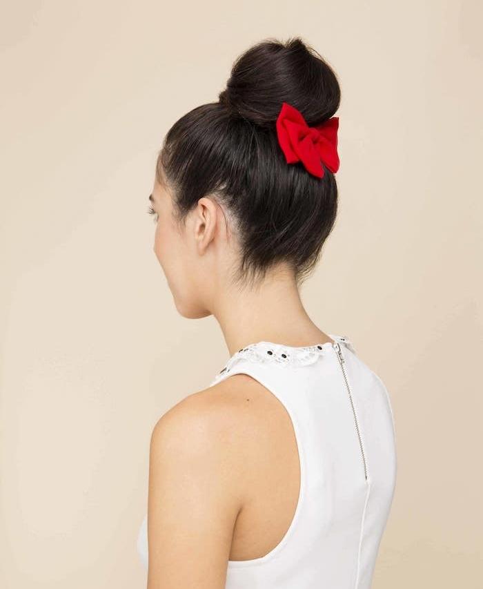 coiffure simple de noel, chignon haut classique paré d un noeud rouge et robe blanche sans manches