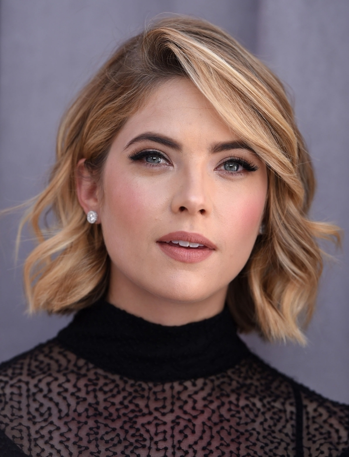 coupe de cheveux mi long femme, actrice de Pretty Little Liars, coiffure d'Ashley Benson aux cheveux courts blond