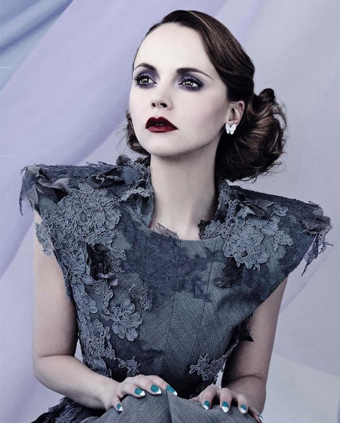modele de coiffure femme visage rond extravagante, chignon bu bas, style vintage, robe grise design