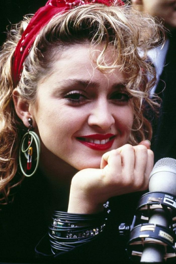coiffure headband, Madonna dans les années 80, bandeau rouge et boucles d'oreille
