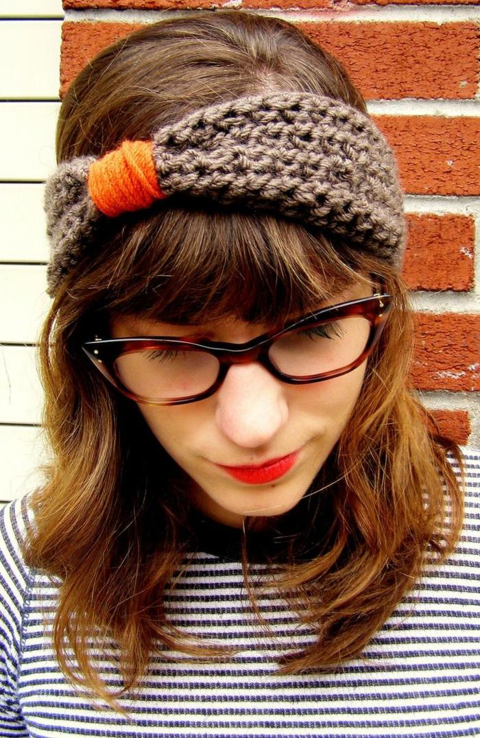 coiffure headband, bandeau tricoté en gris et orange, cheveux mi-longs, frange courte