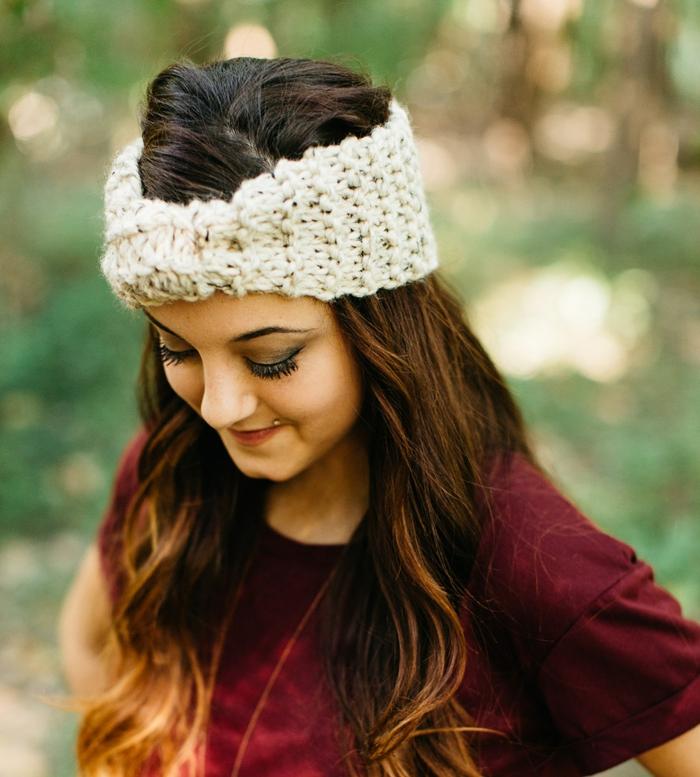 coiffure headband, bandeau tricoté blanc mis sur le front , coiffure d'hiver
