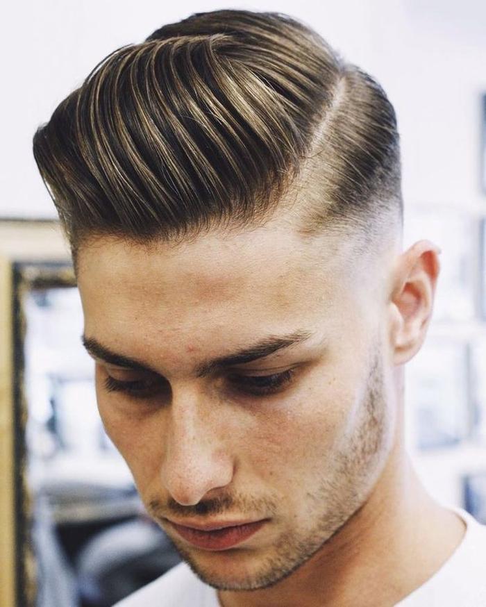 comment coiffer le degradé progressif homme, une coiffure aux cheveux gominés de côté et une raie bien définie