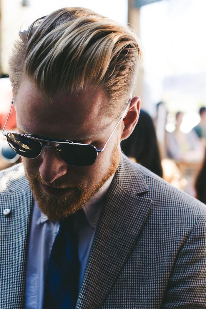une coupe de cheveux homme mi long en arriere pour un look à la fois décontracté et maîtrisé d'un homme d'affaire moderne