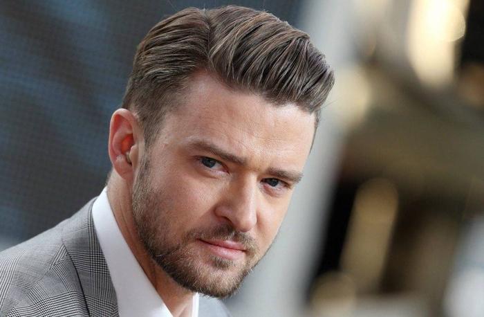 une coupe cheveux homme avec des cheveux courts ramenés de côté pour un look chic de dandy moderne