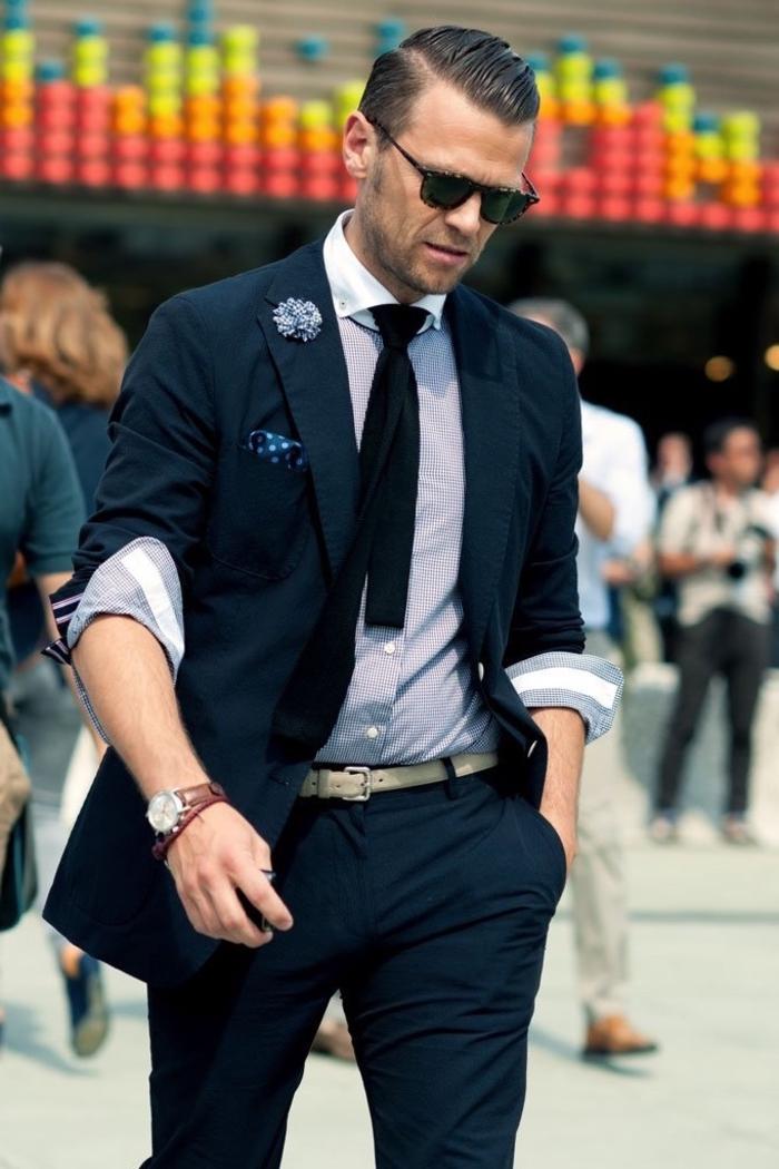 coiffure homme pour un look de dandy moderne avec une raie sur le côté bien démarquée et des cheveux plaqués