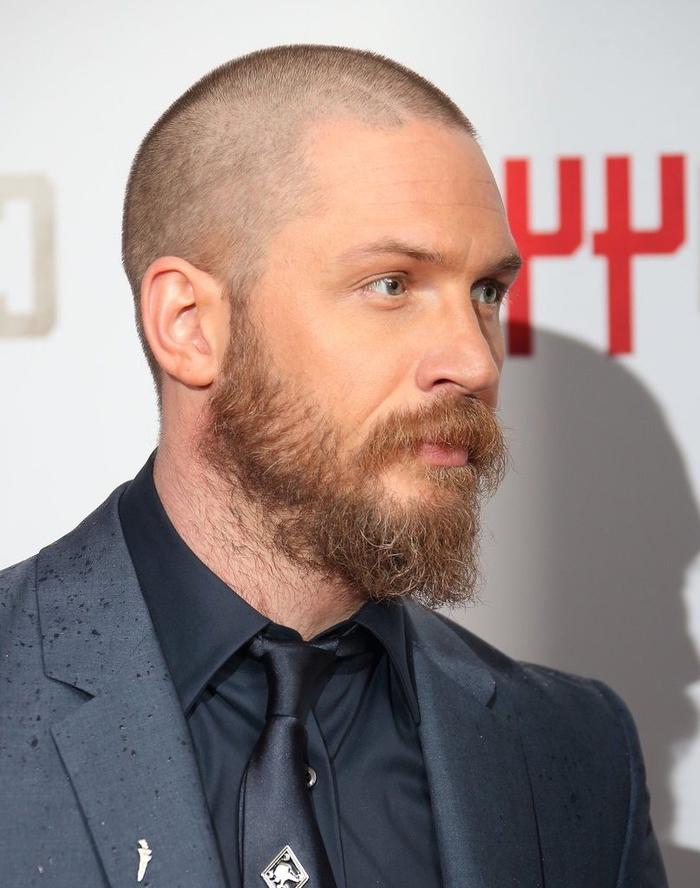 une coiffure homme facile à entretenir avec des cheveux très rasés courts de style buzz cut