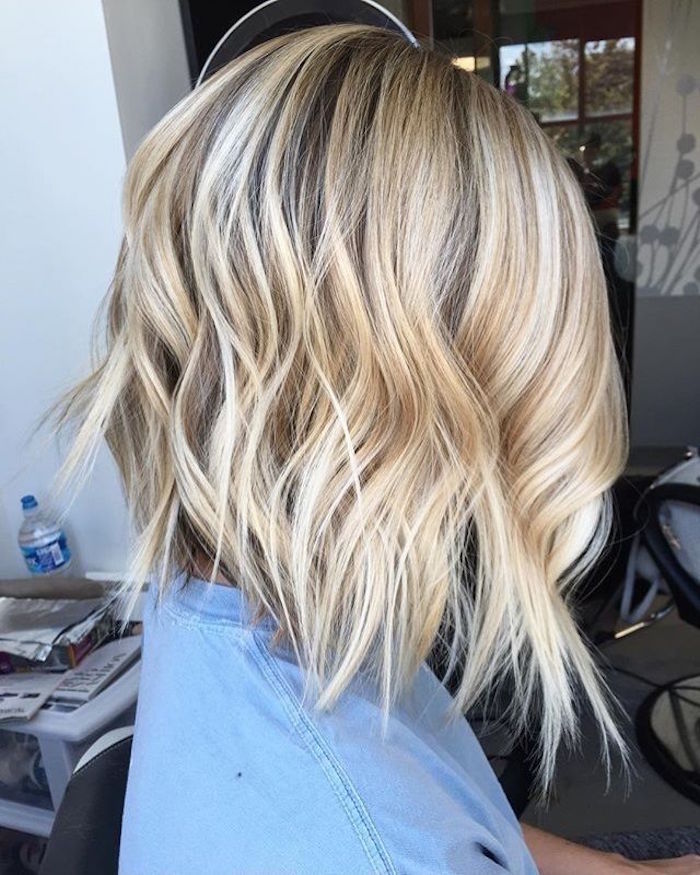 carré plongeant long et ondulé meches blondes
