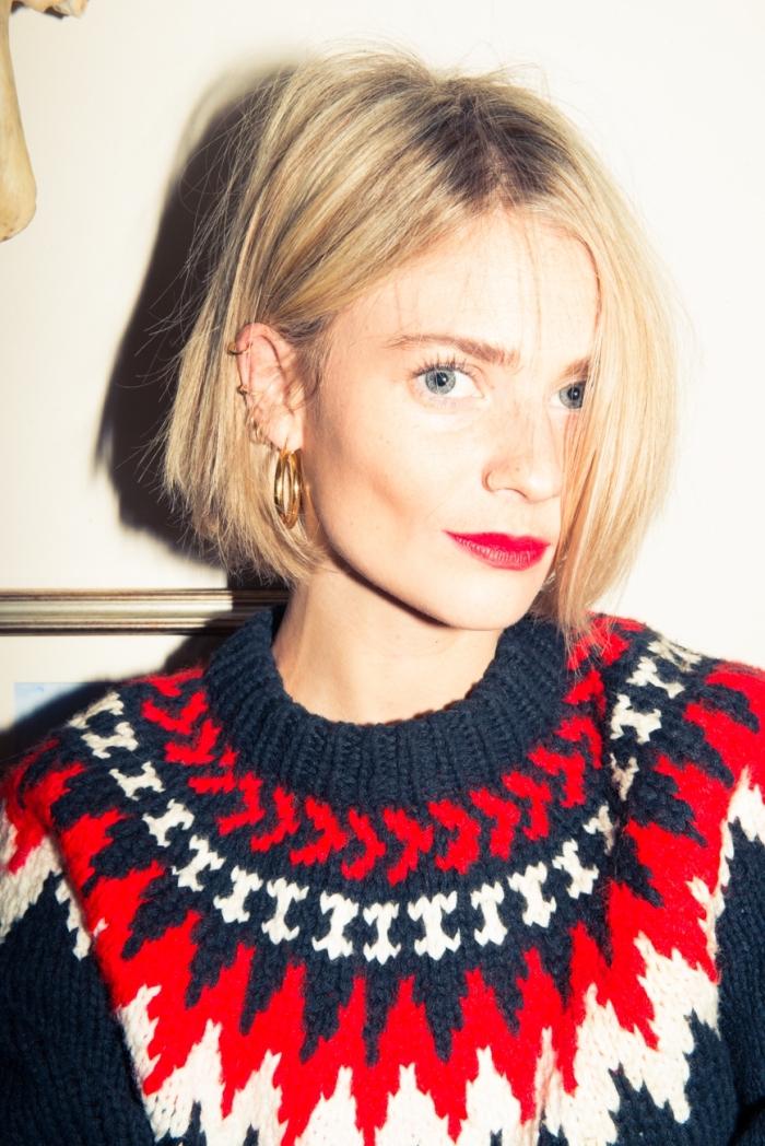 coupe de cheveux mi long femme, coloration blond miel avec racines noires, piercing d'oreilles pour femme