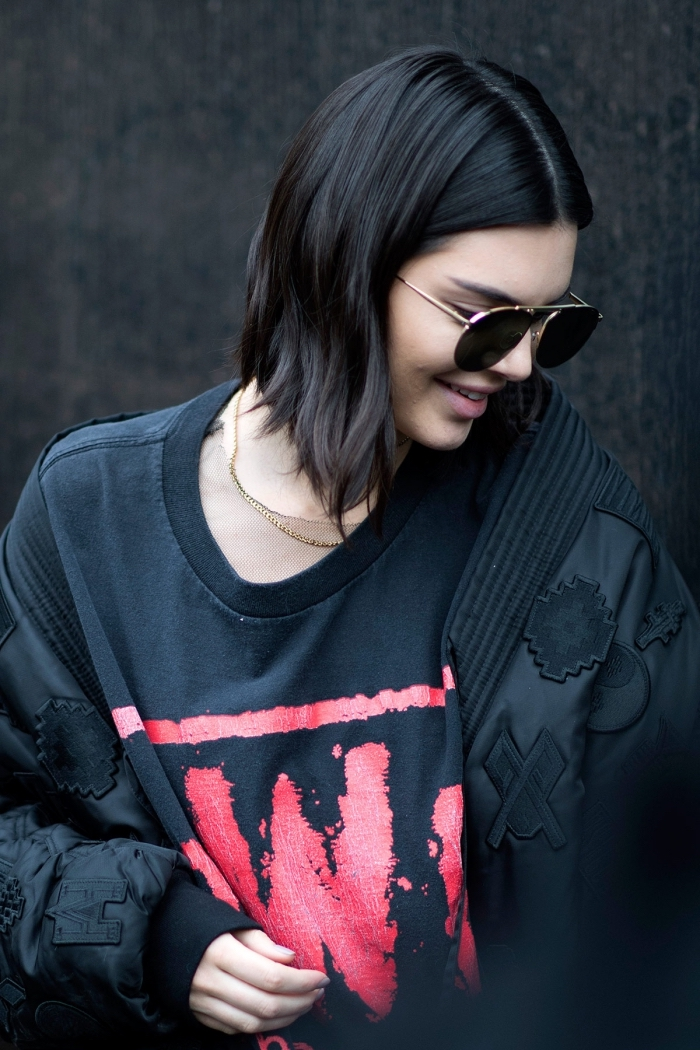 coupe cheveux mi long, look total noir avec veste et sweat noir pour femme, paire de lunettes de soleil noires
