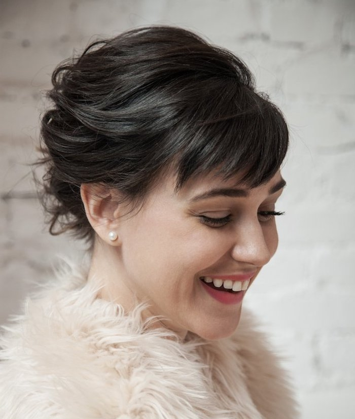 exemple de coiffure noel cheveux courts, ramenés en arriere avec une frange asymétrique et veste de fourrure