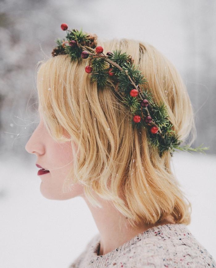 exemple de coiffure noel cheveux court, carré plongeant blond avec une couronne de branches de pin et houx