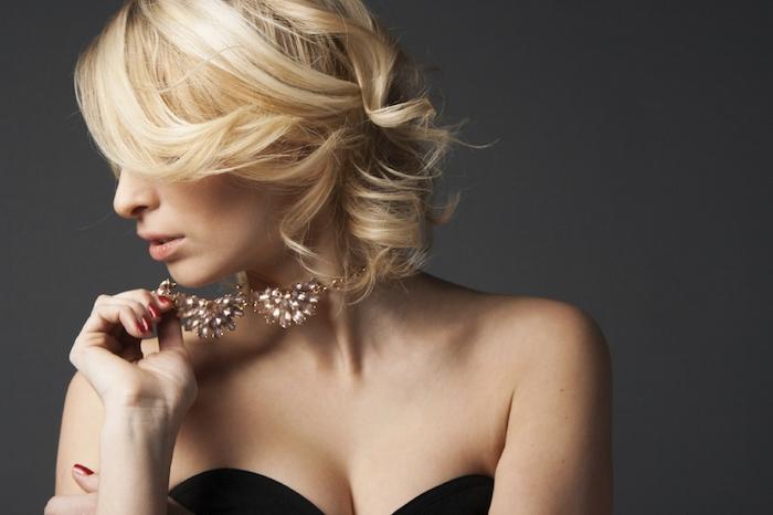 modele de coiffure nouvel an, carré ondulé sur cheveux mi long blond, robe noire et collier de perles