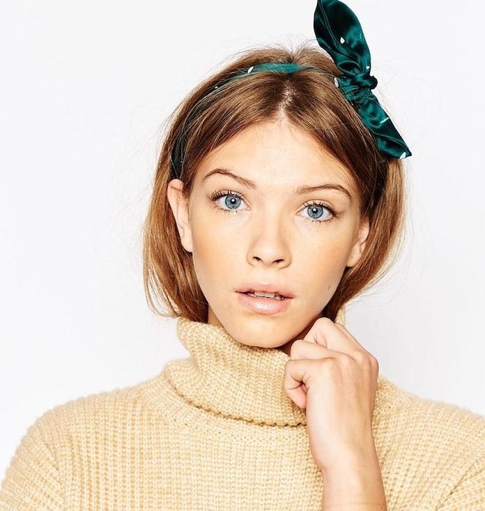 coiffure simple, cheveux lisses lachés avec serre tete verte munie de ruban vert, pull beige femme