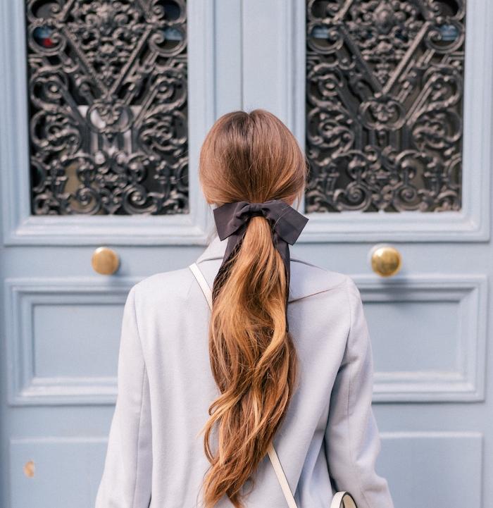 coiffure facile pour cheveux longs noel, un look cendrillon, queue de cheval lache serré d un ruban marron