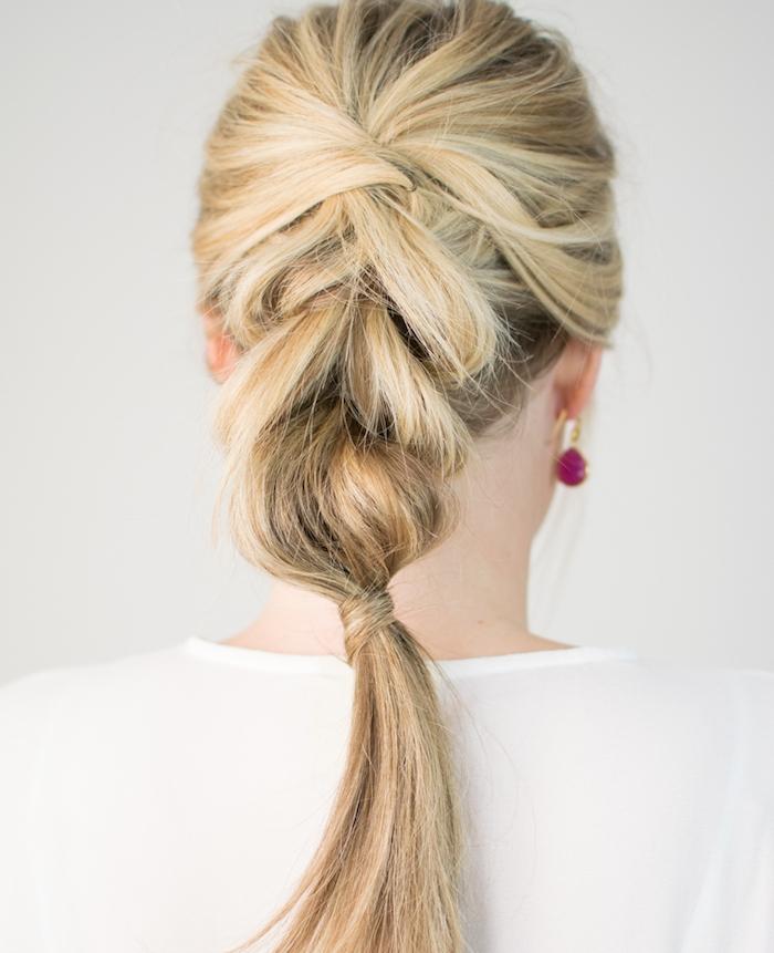 modele de tresse simple sur cheveux longs, idée originale de coiffure pour Noël, effet décoiffé