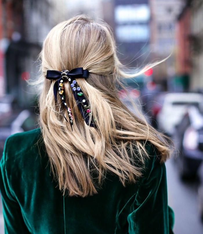coiffure ado fille pour noel, cheveux longs attachées en arrière avec un ruban noir à strass, veste vert emeraude