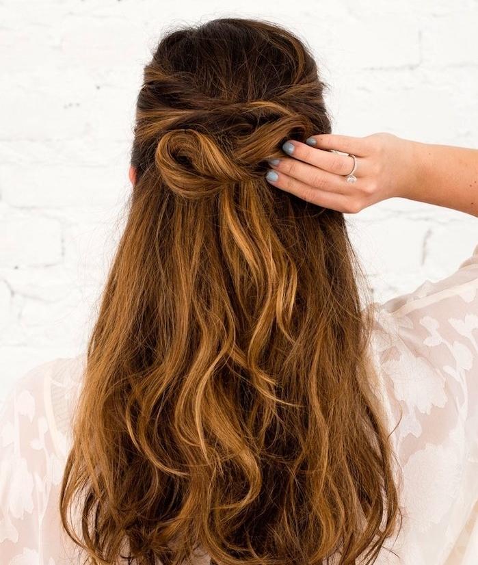 coiffure nouvel an et noel, cheveux longs mèches de devant formant un noeud de cheveux en arrière de la tête