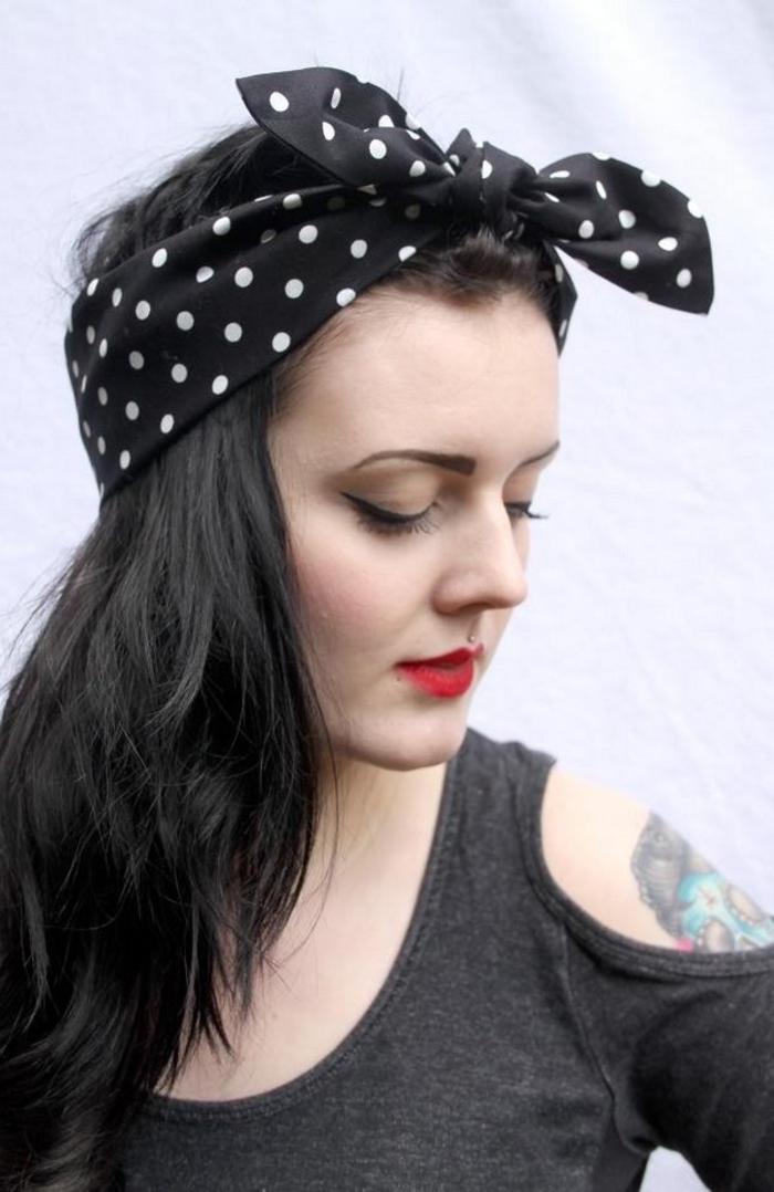 cheveux détachés accessoirisé d'un bandana noué sur le haut inspirée d'une coiffure pin up décontractée