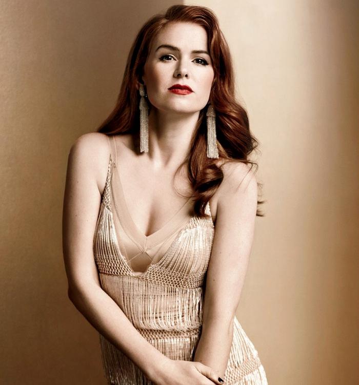 coiffure pour visage rond, cheveux longs bouclés avec ondulations romantiques, style vintage et robe élégante