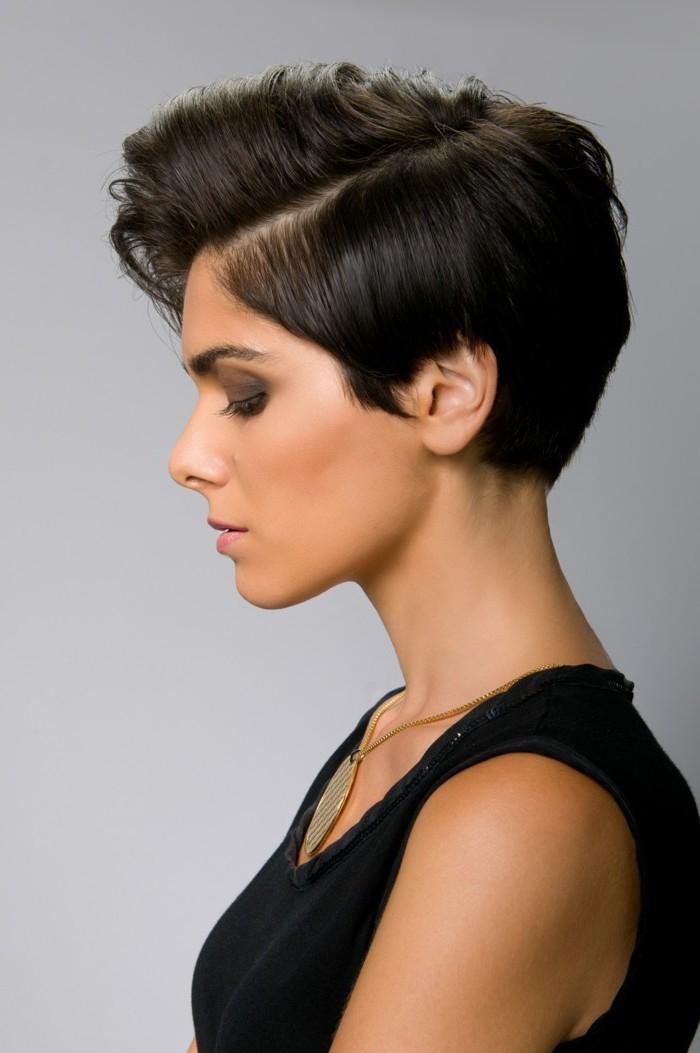 idée pour une coiffure rockabilly pour cheveux très courts coupe pixie avec une mèche pompadour de côté et une raie latérale bien démarquée