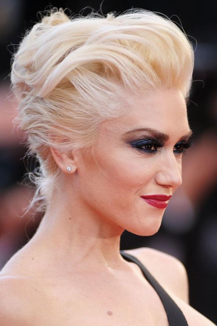 un chignon crêpé chic pour une coiffure rockabilly à l'air moderne rehaussé par un maquillage dramatique