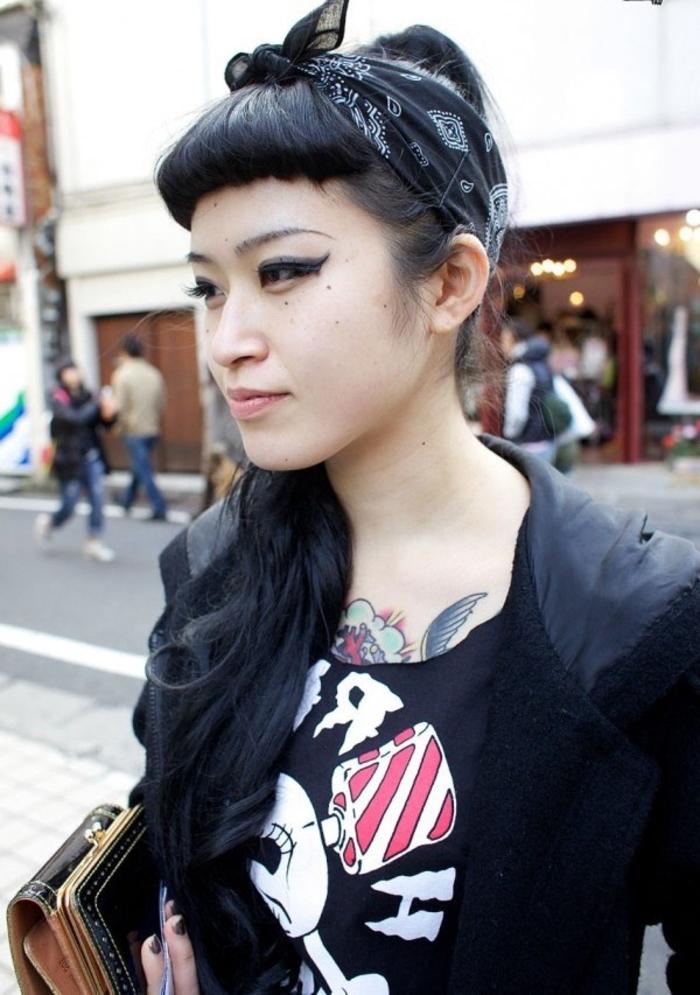 coiffure pin up queue-de-cheval haute avec micro frange graphique et un bandana noué