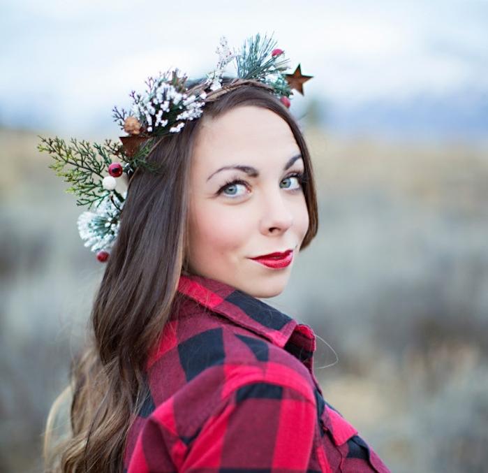 exemple de coiffure simple cheveux long pour noel, ondulations capillaires et couronne de branches de pin enneigées, houx étoiles