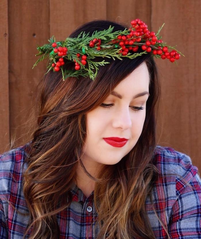 coiffure ado fille pour noel, cheveux longs ondulés et une couronne de houx et branches de pin