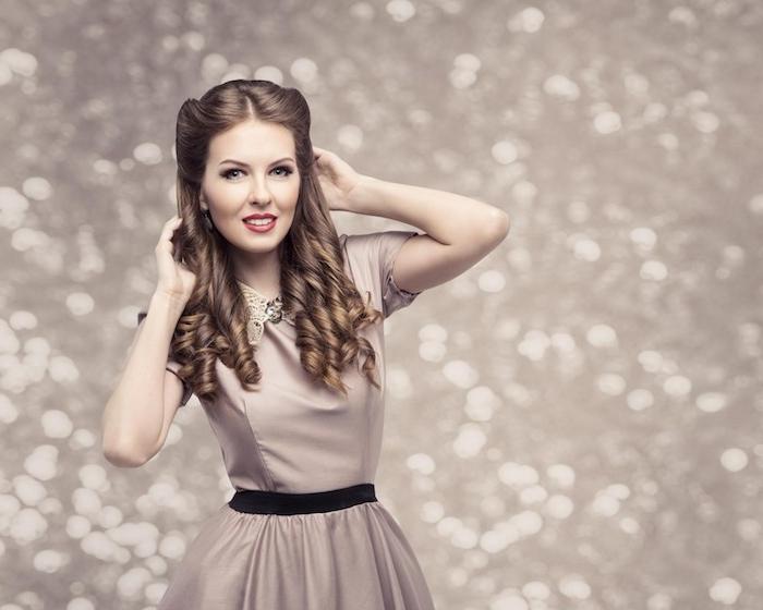 modele de coiffure simple sur cheveux longs, look de noel, cheveux bouclés et mèches de devant ramenées en arrière, robe cappuccino