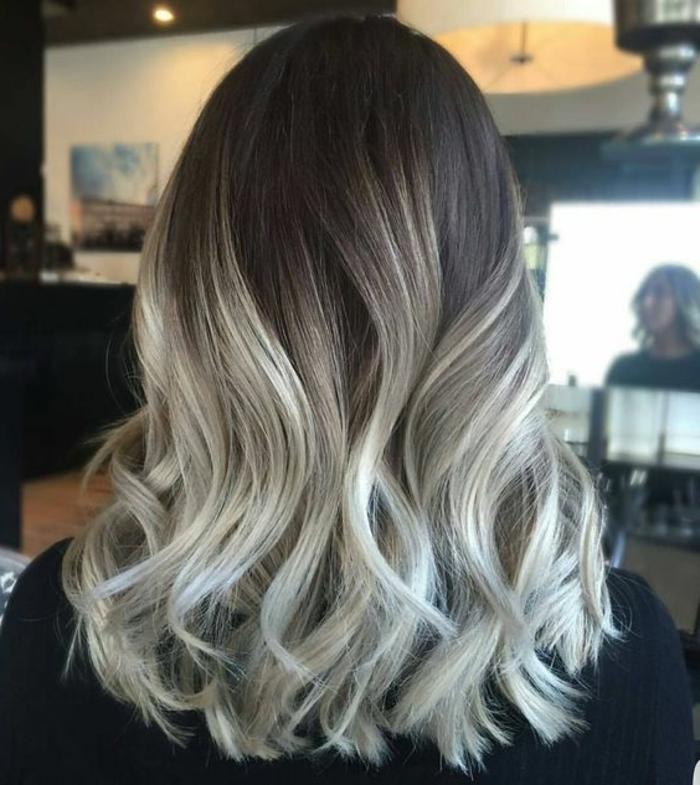 coiffure style ombré, extrémités des mèches en blond cendré, couleur cheveux marron foncé