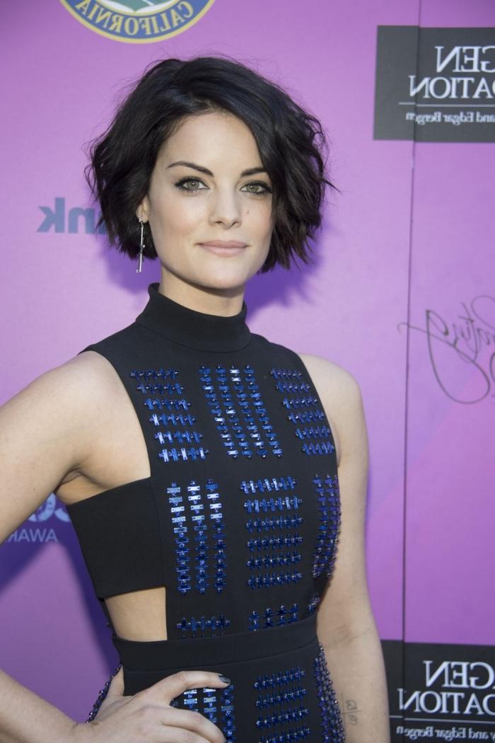 coupe cheveux court, couleur de cheveux noirs, coiffure célébrité de Jaimie Alexander, manucure ongles courts à vernis bleu foncé